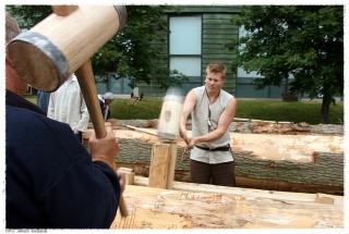Ivrige vikinger jobber med å klyve den første eiksestokken til Saga Oseberg. Foto: Jørgen Kirsebom
