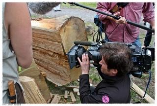 Klyvingen av eiksestokkene blir behørlig filmet. Foto: Jørgen Kirsebom