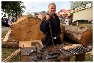 Skipet skal bygges med arkeologisk riktige verktøy og håndverksmetoder. Foto: Jørgen Kirsebom