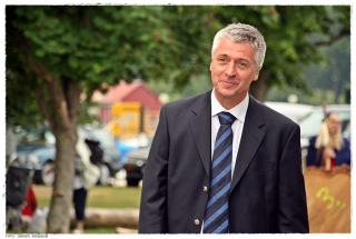 Jan Bill holder tale ved innvielsen av byggeplassen. Foto: Jørgen Kirsebom
