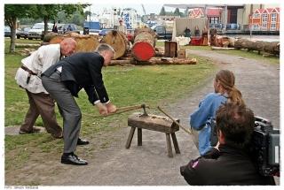 Professor Jan Bill ved Vikingskipshuset i Oslo åpner byggeplassen ved å kutte av et tau med en vikingøks. Foto: Jørgen Kirsebom