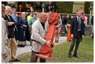 Havguden Njord bæres ut til byggeplassen. Foto: Jørgen Kirsebom