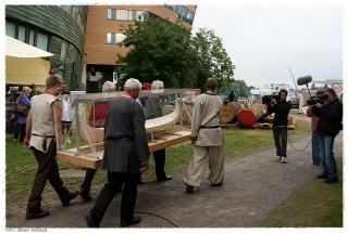 Modellen av Osebergskipet bæres ut til byggeplassen. Foto: Jørgen Kirsebom