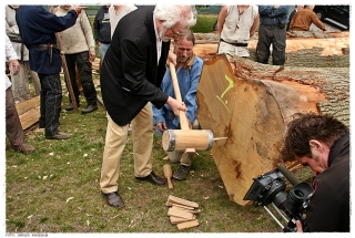 Professor Egil Mikkelsen får æren av å slå inn den første kilen. Foto: Jørgen Kirsebom