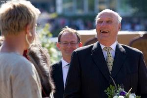 En engasjert Kong Harald i strålende humør på sjøsettingen av saga Oseberg i 2012 Foto: JØRGEN KIRSEBOM