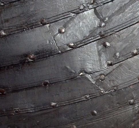 Fig. 11: På bildet fremgår det hvordan plankene sprekker ved sømmene som følge av at de må bøyes. Dette er et eksempel på hvordan vikingene presset sine materialer til det ytterste med sitt design. (Foto: Thomas Finderup)