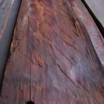 Fig 23: Undersiden av en dørkplanke. Her sees grovt huggearbeid med inntil 15 cm brede huggespor. (Foto: Thomas Finderup)