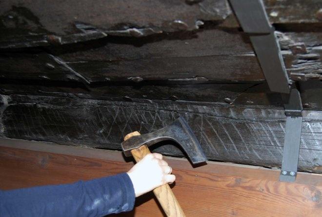 Fig. 24: Her sammenlignes øksesporene på babord side av kjølen med en øks av type C25574, funnet på Ås i Gjerpen, Telemark. (Foto: Bjørn Ådne Kvalvik)