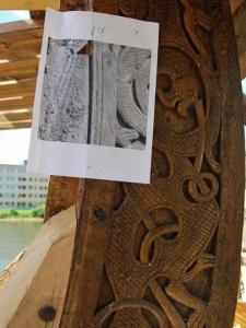 Fig. 30: Med et 1 : 1 bilde i hånden har vi gjenskapt den lille fine detaljen på plankens underkant. (Foto: Thomas Finderup).