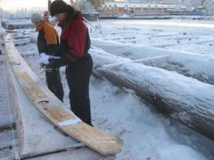Figur 6: Ved hjelp av en mál av kjølens sideomriss vurderes det hvordan kjølen best kan plasseres i stammen. (Foto: Thomas Finderup)