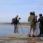 Tjønneberget: Filmteamet installerer seg på Tjønneberget for å filme i retning av Verdens Ende. (Foto: Terje Bjerga/Færder Får).