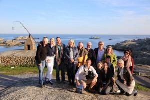 Team og hjelpere: Tjøme kommune inviterte både TV-team og gode hjelpere til middag på nasjonalparksenteret på Verdens Ende ved endt oppdrag. (Foto: Terje Bjerga/Færder Får)