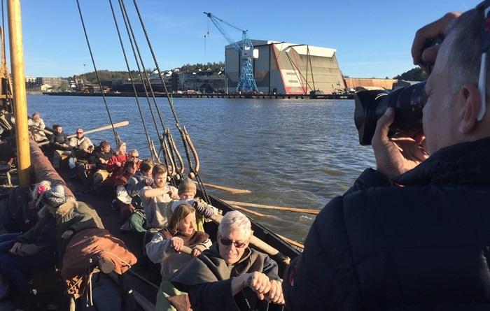 """Vikingferd: ARTE-teamet fikk med seg en fantastisk opplevelse da de ble med """"Saga Oseberg"""" ut i vestfoldskjærgården. (Foto: Ole Harald Flåten)"""