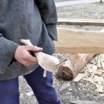 Egils kval: Det lille, hvalformede verktøyet har vist seg å være et utmerket hjelpemiddel til strimling av hvalbardene som trenges til skipet. (Foto: Wenche Samnøy)