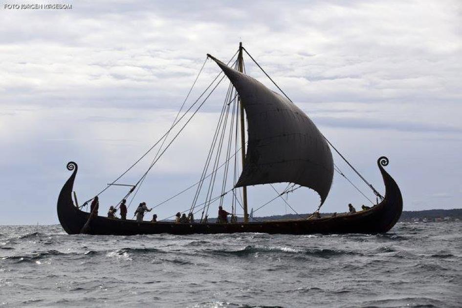 Saga Oseberg heiser seilet for første gang i 26/8 2012. (Foto: Jørgen Kirsebom)