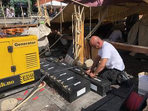 Batterier monteres i Saga farmann før første tur opp Telemarkskanalen.