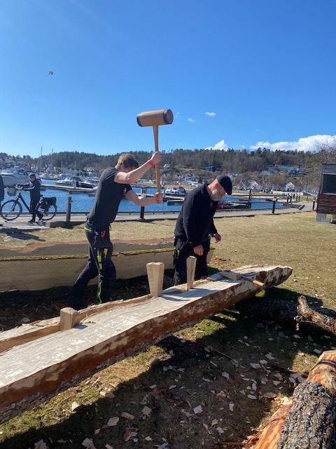 Mathias Sellevold og Tore Forsberg kløyver eikestokk på huggestasjonen i Sandefjord.