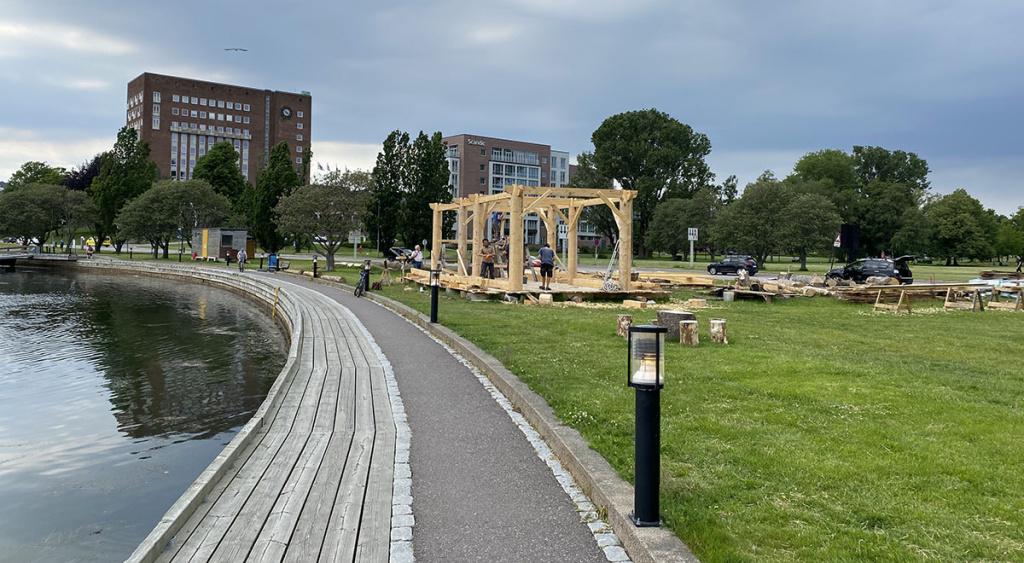 Og så er grindene på plass. Foreløpig likner byggverket mest på et gresk tempel.  Foto: Knut Børge Knutsen.