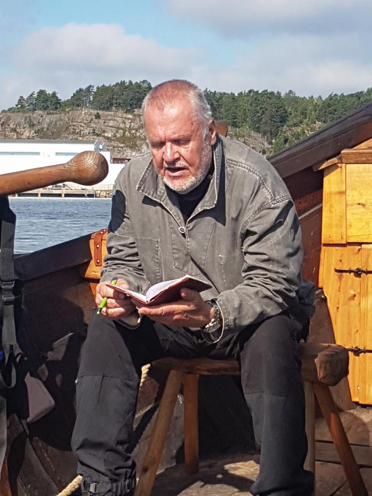 Masteting søndag morgen 11.juli for tokt-4. Høvedsmann Tor Øydvin legger fram tredagers seilingsplan og fordeler rollene for dagen. Men før vi kan dra, er beskjeden klar: stag og vant må strammes! Dette ble en god opptakt til et ukestokt med mye seiling; 5 av 6 mulige dager.