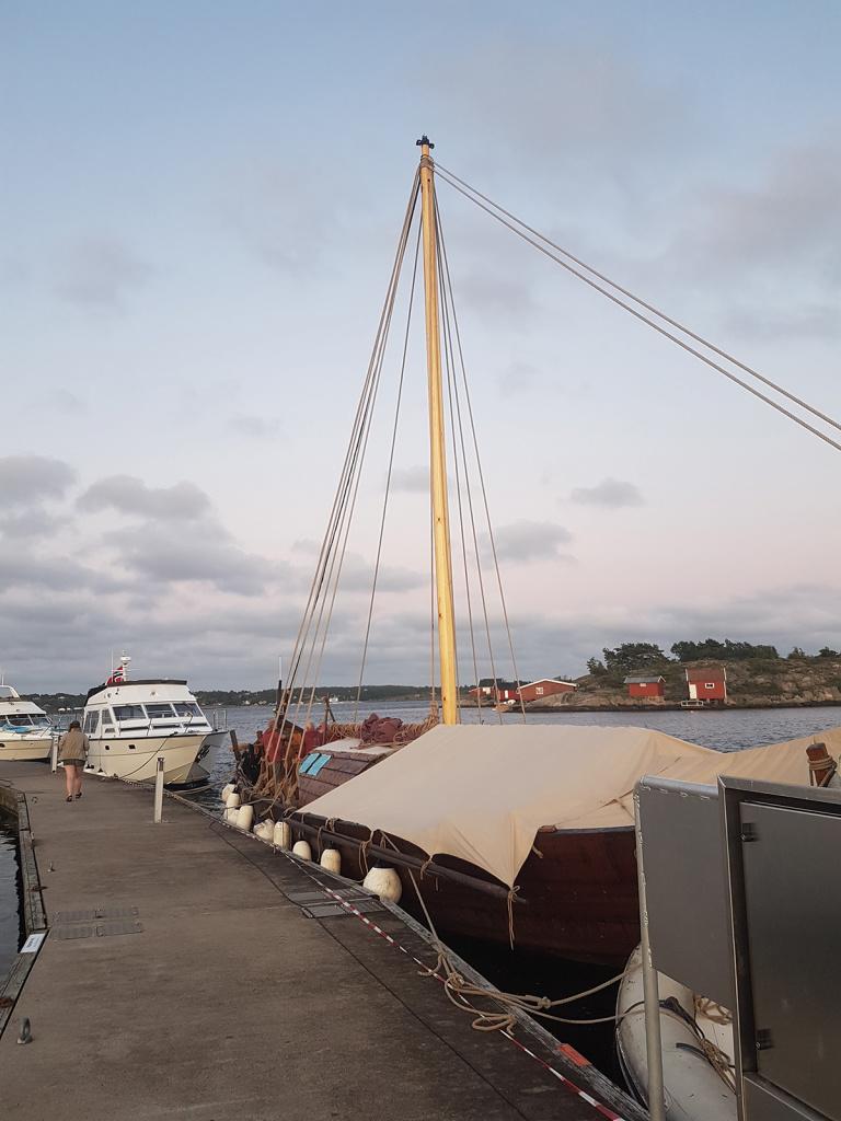 Etter en frisk seilas (toppfart 9,7 knop) over Oslofjorden fra Vrengen søndag 11. juli, fikk vi kaiplass helt ytterst i Skjærhalden. Rå-teltet er på plass for natten.