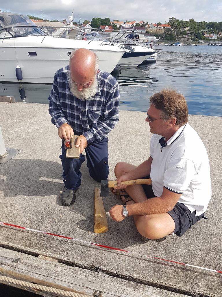 Roret fungerte ikke optimalt søndag 11.juli, og måtte ettersees mandag morgen. Sven Erik og Trond leder operasjonen, men hyrer inn båtbygger Axel og førstereis Petter Knut til å lage kiler som kan settes inn.
