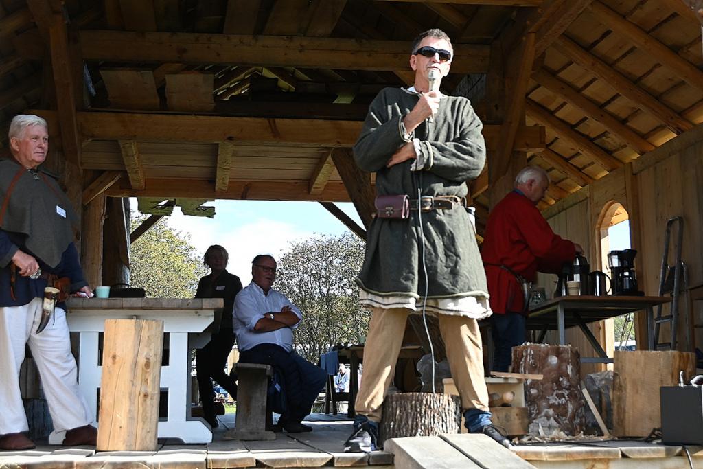 Leder for Båtlaget Gaia, Tor Edvard Løberg ønsker flere vikinger velkommen til Sandefjord.  Foto: Willy Fredriken