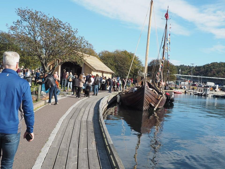 Vikingskipene som skal frakte skipsdeler mellom Sandefjord og Tønsberg, Saga farmann og Gaia, ligger ankret opp i Hesteskoen. Foto: Camilla Winnem
