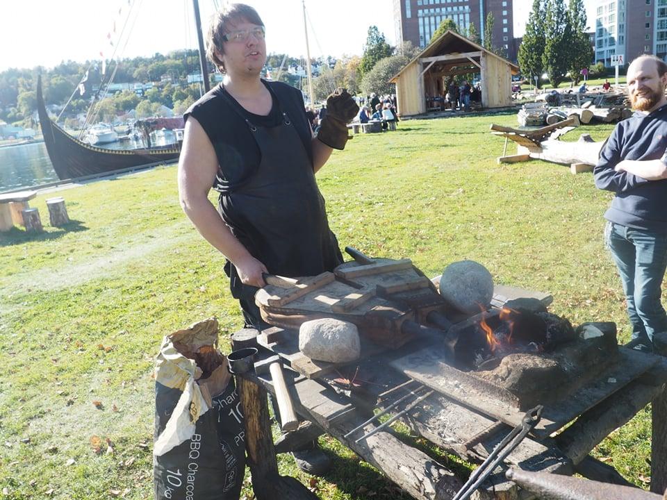 Vår vikingsmed, Kristoffer, hadde tatt med seg belg og esse fra Tønsberg. Nå venter han spent på om det blir vikingsmie i sandefjord også. Foto: Camilla Winnem